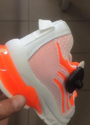 Стильні жіночі кросівки4 фото