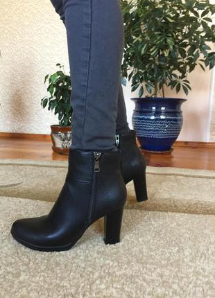 Стильні черевики на каблуку