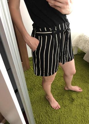 Чёрные шорты полосатые прямого кроя свободные белые чёрные