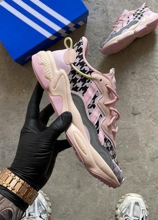 Женские кроссовки adidas ozweego pink.