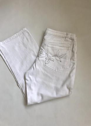 Укорочённые прямые белые джинсы из плотного денима