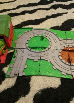 Железная дорога mattel, thomas & friends, дорожный набор ферма маккола