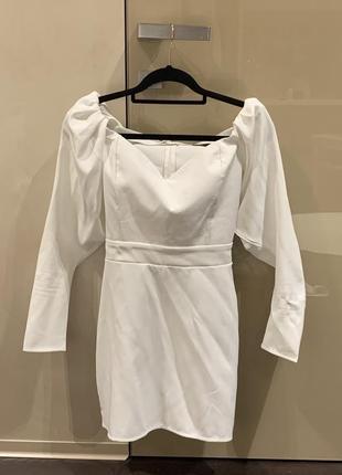Платье белое lipinskaya brand праздничное в обтяжку приталенное открытые плечи свободные рукава