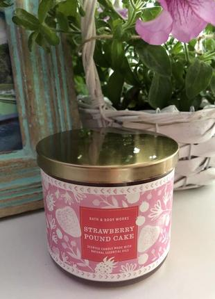 Шикарная свеча свечка bath body works strawberry pound cake