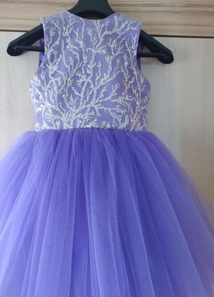 Яркое пышное платье цвета лаванды