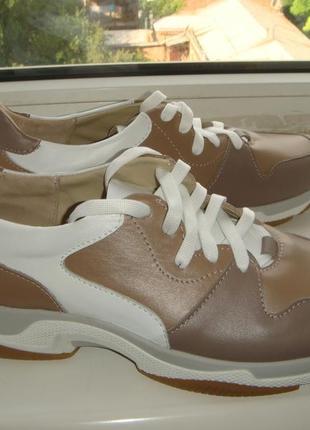 Очень классные кожаные кроссовки  в бежевых тонах, размер  41 , на ножку 27 см , в наличии