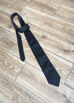 Черный галстук в отличном состоянии