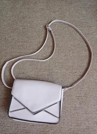Маленька сумочка пудрового кольору - в гардеробі всім потрібна