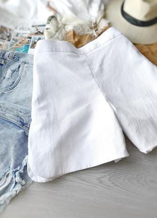Стильные базовые белые шорты cos