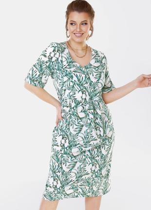 Легкое платье из софта в цветочный принт миди ниже колен большого размера белое с коротким рукавом в деловом стиле для офиса