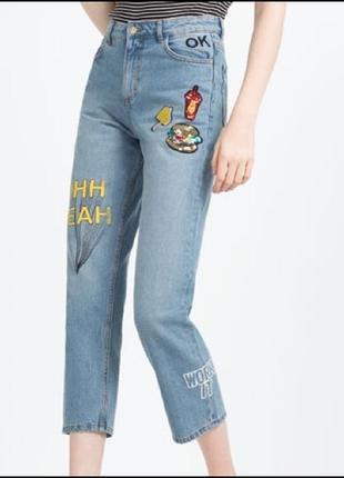 Крутые джинсы мом высокая посадка с нашивками надписями zara