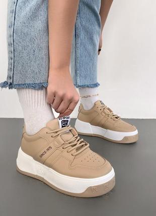Стильные тёмно-бежевые кроссовки