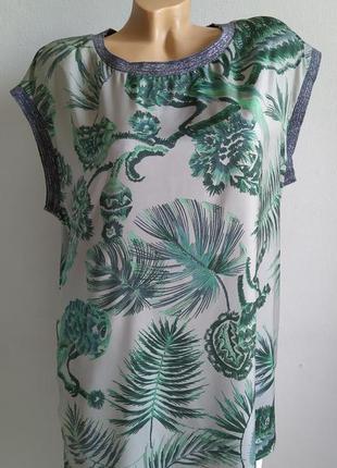 Блуза, длинная майка с тропическим принтом.