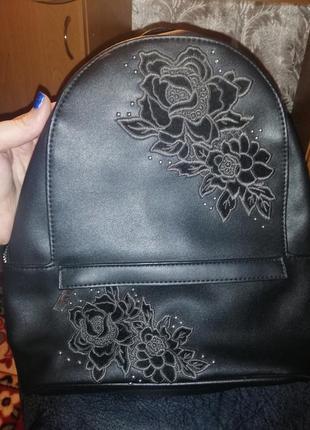 Крутой чёрный вышитый рюкзак от new look