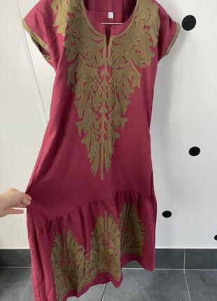 Бордовое платье с вышивкой
