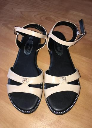 Новые босоножки бежевые на низком ходу сандали