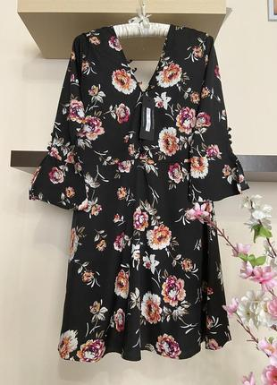 Короткое платье с цветами,
