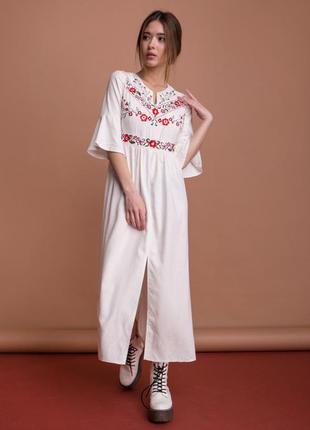 Льняное длинное платье с вышивкой