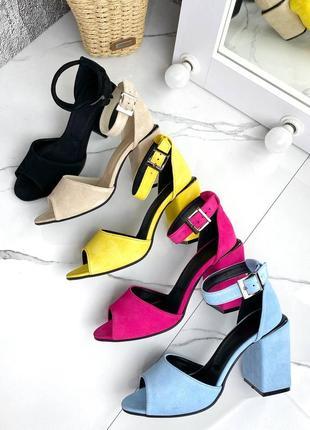 Яркие женские замшевые  босоножки на каблуке