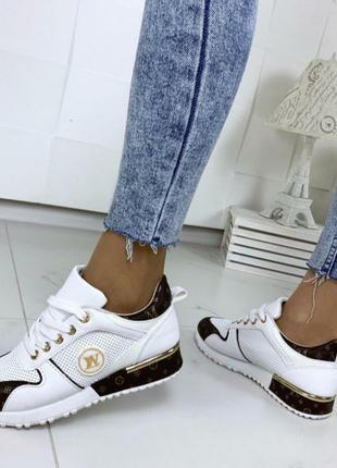Модные кроссовки под бренд