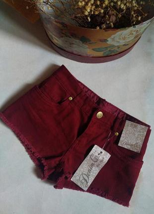 Короткие бордовые джинсовые шорты с бахромой от denim co