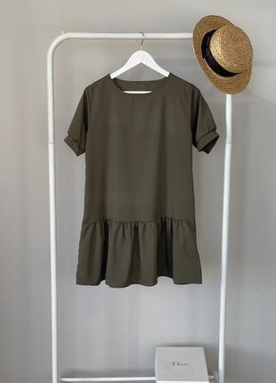Воздушное темно-зелёное платье с рюшей