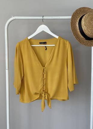 Нежная блуза с красивым рукавом и пуговками