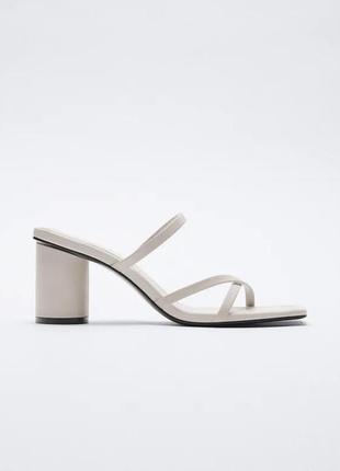 Кожаные сандалии на каблуке