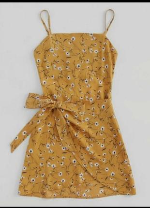 Яркое платье в цветочный принт на запах