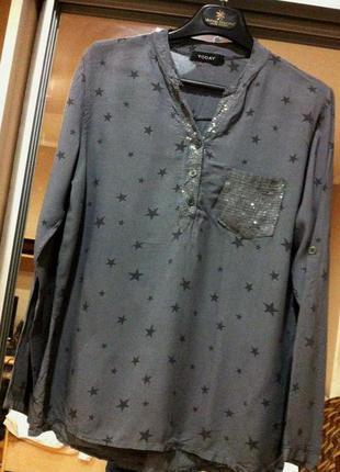 Актуальная блузка-рубашка серого цвета в звезды.