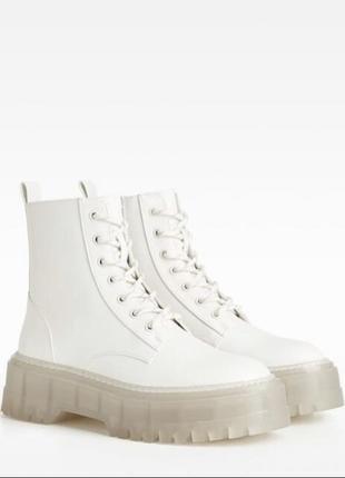 Трендовые  белые ботинки с высокой платформой от bershka