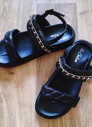 Трендовые сандалии
