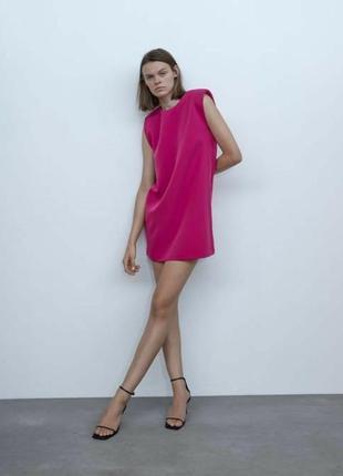 Платье с подплечниками прямое фуксия розовое zara