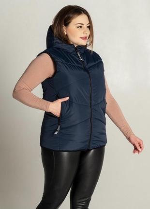 Женский стеганый жилет в больших размерах с капюшоном
