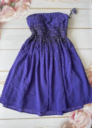 Шикарное платье фиалкового цвета со стразами