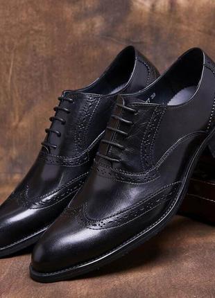 Елегантні чоловічі туфлі, шкіряні і дуже стильні.