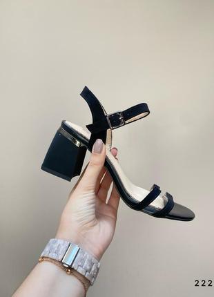 Босоножки на невысоком каблуке чёрные