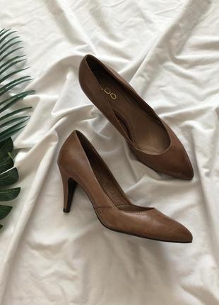 Кожаные туфли лодочки на низком каблуке. классические туфли