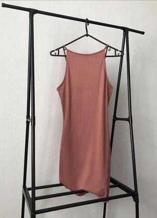 Базовое платье в рубчик с красивой спинкой