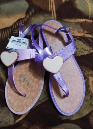 Фиолетовые босоножки с сердечками новые