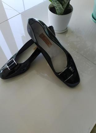 Лаковые кожаные туфли с квадратным носком