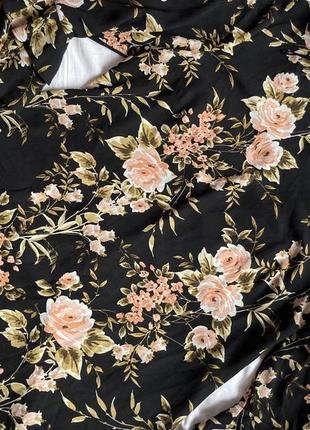 Стильное чёрное платье в цветочный принт и рукава с воланами