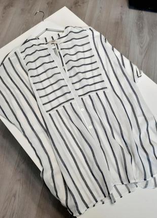 Легка літня блуза у смужку.