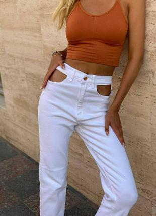 Трендовые белые джинсы