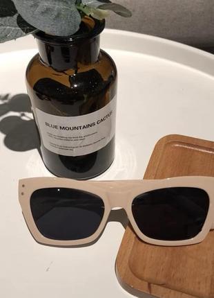 Стильные бежевые очки