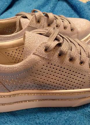 Крутые кожаные кроссовки с перфорацией