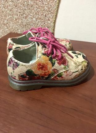 Неймовірно стильні квіткові туфлі для принцеси