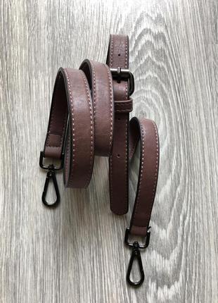 Фирменный кожаный ремень на сумку.