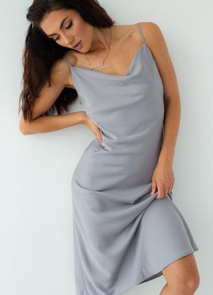 Легкое шелковое платье на бретелях
