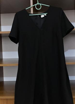 Чёрное платье с короткими рукавами